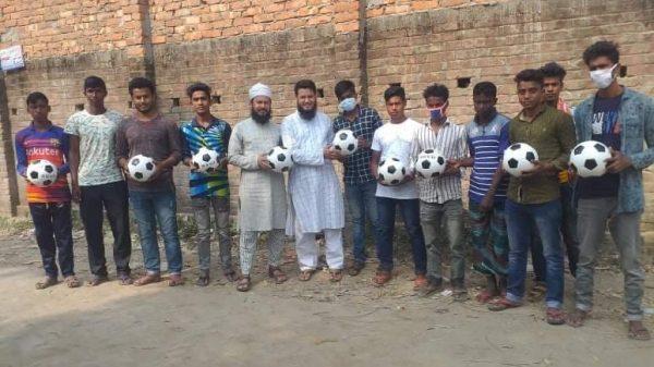 পার্বতীপুরের আমবাড়ীতে তরুণ যুবকদের মাঝে ফুটবল বিতরণ করলেন রাব্বী চৌধুরী